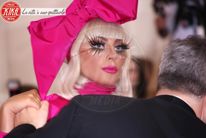Lady Gaga - New York - 06-05-2019 - Met Gala 2019: impareggiabile Lady Gaga, 4 vestiti in uno!