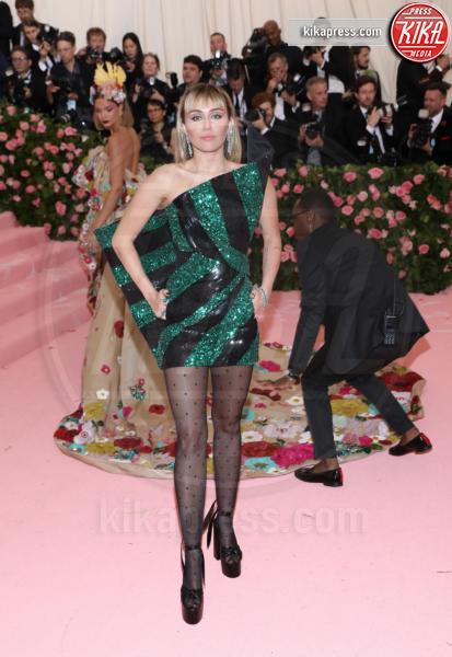 Miley Cyrus - New York - 07-05-2019 - Met Gala 2019: Katy Perry uno chandelier, Dua Lipa una farfalla