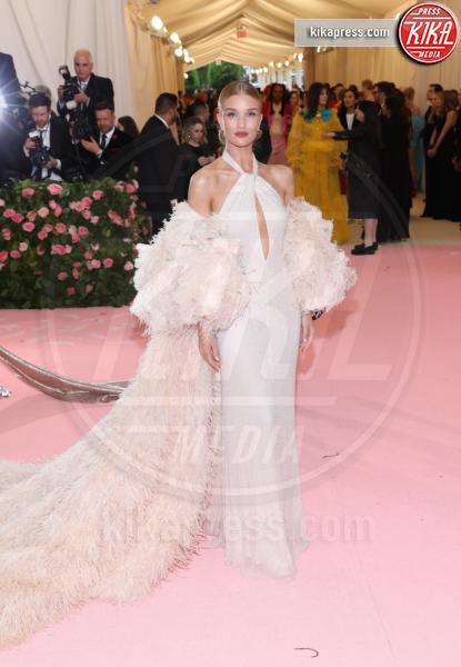 Rosie Huntington - New York - 07-05-2019 - Met Gala 2019: Katy Perry uno chandelier, Dua Lipa una farfalla