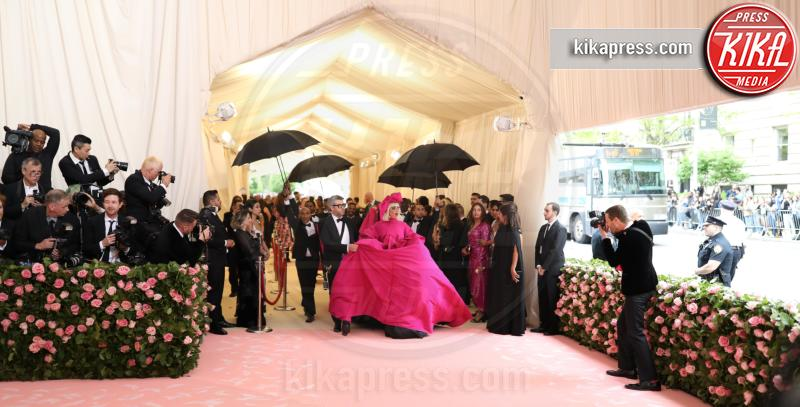 Lady Gaga - New York - 07-05-2019 - Met Gala 2019: impareggiabile Lady Gaga, 4 vestiti in uno!