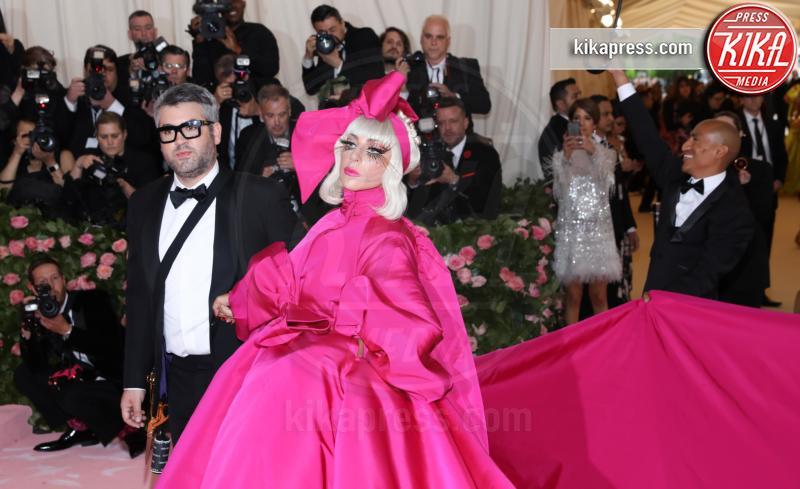 Lady Gaga - New York - 07-05-2019 - Met Gala 2019: Katy Perry uno chandelier, Dua Lipa una farfalla