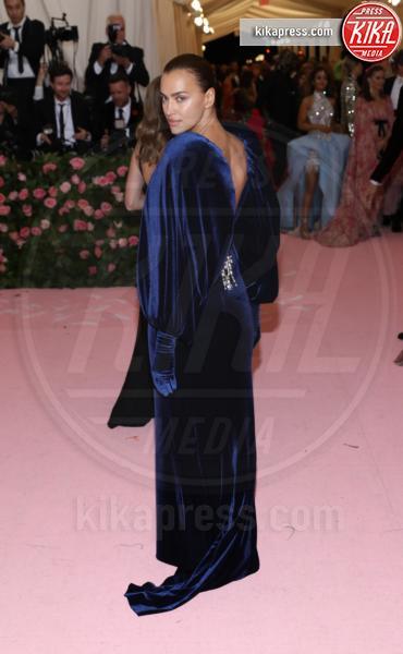 Irina Shayk - New York - 07-05-2019 - Met Gala 2019: Katy Perry uno chandelier, Dua Lipa una farfalla