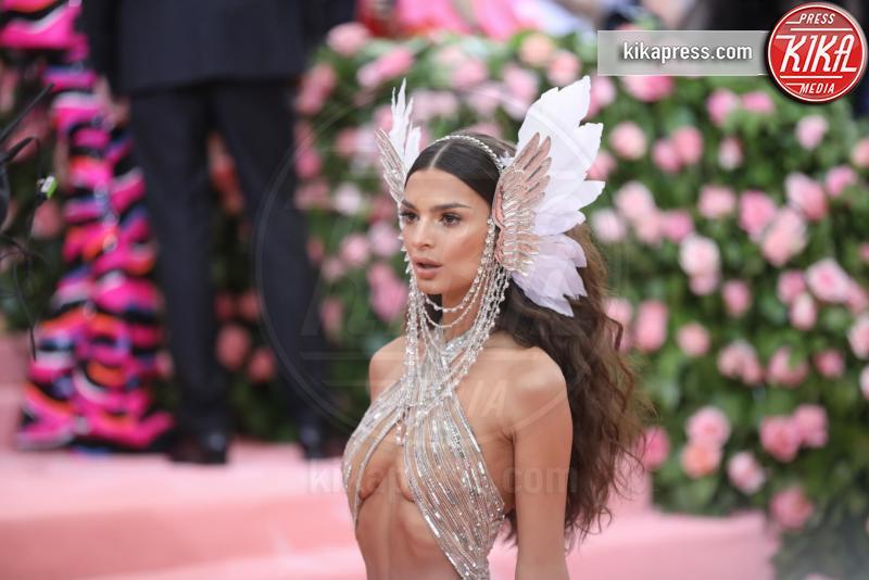 Emily Ratajkowski - New York - 07-05-2019 - Met Gala 2019: Katy Perry uno chandelier, Dua Lipa una farfalla