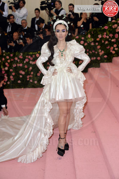 Lily Collins - New York - 06-05-2019 - Met Gala 2019: Katy Perry uno chandelier, Dua Lipa una farfalla