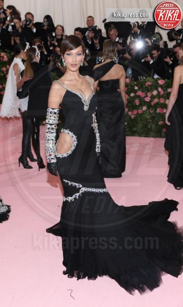 Bella Hadid - New York - 07-05-2019 - Met Gala 2019: Katy Perry uno chandelier, Dua Lipa una farfalla