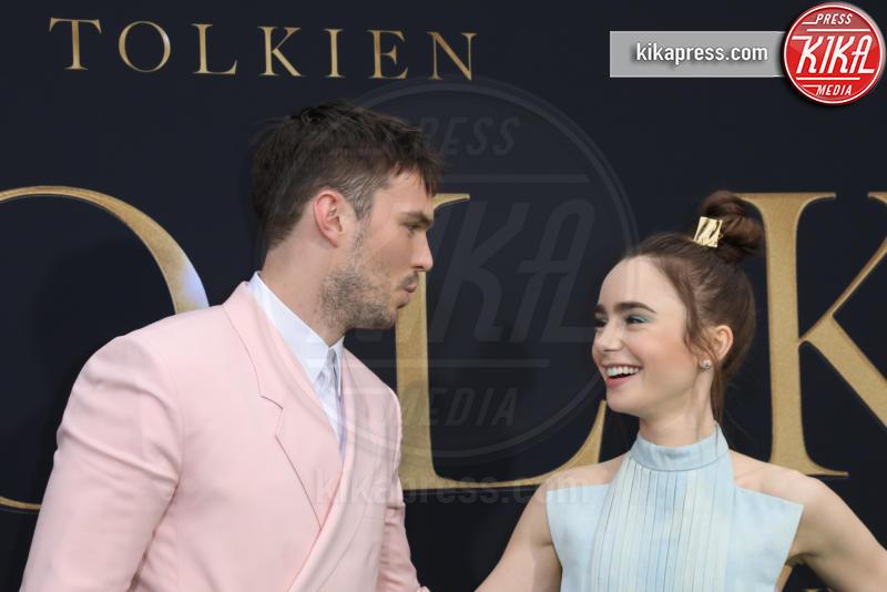 Nicholas Hoult, Lily Collins - Los Angeles - 08-05-2019 - Lily Collins multicolor, Nicholas Hoult è un Tolkien in... rosa!