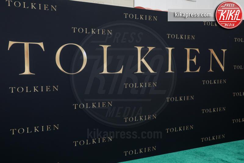 Atmosphere - Los Angeles - 08-05-2019 - Lily Collins multicolor, Nicholas Hoult è un Tolkien in... rosa!