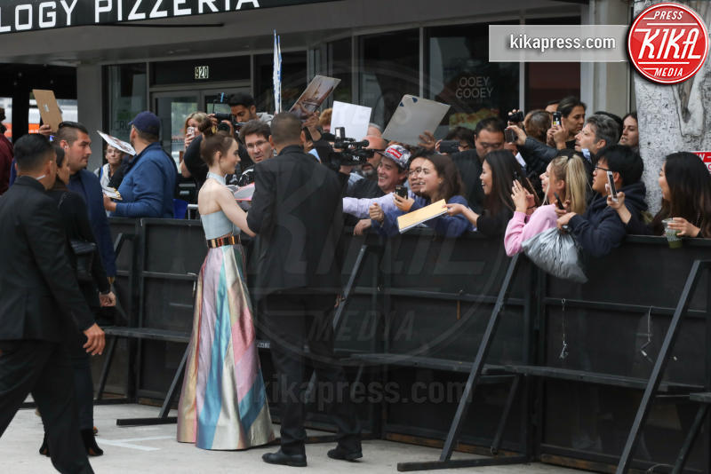 Lily Collins - Los Angeles - 08-05-2019 - Lily Collins multicolor, Nicholas Hoult è un Tolkien in... rosa!