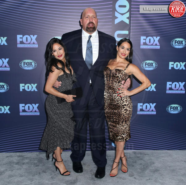 Paul Wight (Big Show), Nikki Bella, Brie Bella - New York - 13-05-2019 - Beverly Hills 90210: reunion ufficiale per i palinsesti Fox!