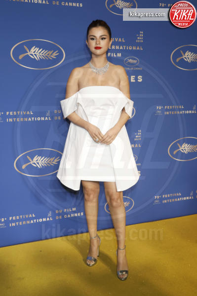 Selena Gomez - Cannes - 14-05-2019 - Cannes 2019: Selena Gomez incanta in corto bianco al Gala Dinner