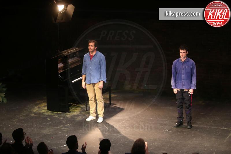 Tom Sturridge, Jake Gyllenhaal - New York - 09-08-2019 - Anne Hathaway, la prima uscita pubblica col pancione