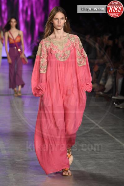 brand new 83182 6ae71 MFW: Kaia, Bella e Vittoria dark ladies per Alberta Ferretti ...