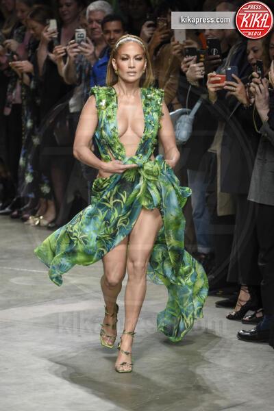Sfilata Versace, Jennifer Lopez - Milano - 20-09-2019 - Jennifer Lopez e il Jungle Dress: meglio oggi o meglio ieri?