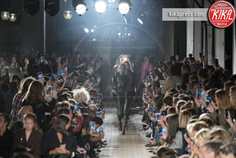 Sfilata Isabel Marant, Model - Parigi - 26-09-2019 - PFW: Eva Herzigova torna in passerella per Isabel Marant