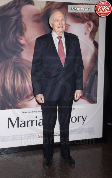 Alan Alda - Los Angeles - 05-11-2019 - Scarlett Johansson, femme fatale in Vuitton per Marriage Story