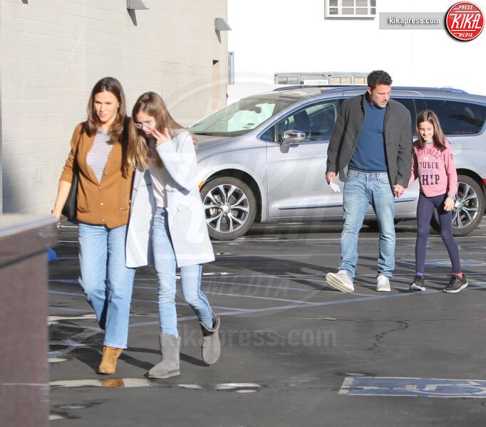 Seraphina Rose Elizabeth Affleck, Violet Anne Affleck, Jennifer Garner, Ben Affleck - Westwood - 27-11-2019 - Jennifer Garner-Ben Affleck, musi lunghi in famiglia