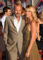 Christine Baumgartner, Kevin Costner - Hollywood - 25-07-2008 - Kevin Costner vende macchine per rimuovere il petrolio