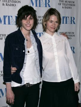 Katherine Moennig, Leisha Hailey - West Hollywood - 10-03-2005 - L'attrice Leisha Hailey buttata fuori da un volo Southwest per un bacio alla fidanzata