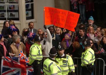 Protestors - Windsor - 09-04-2005 - Carlo e Camilla finalmente sposi!