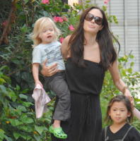 Shiloh Jolie Pitt, Zahara Jolie Pitt, Pax Thien Jolie Pitt, Angelina Jolie - New Orleans - 09-10-2008 - Angelina Jolie rinuncia all'allattamento naurale