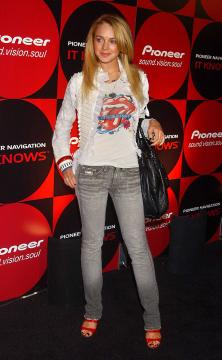 Lindsay Lohan - 21-04-2005 - Il Victoria & Albert Museum si aggiudica la lingua degli Stones