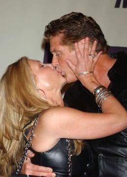 Pamela Bach, David Hasselhoff - TV – USA: ordine a Hassellhoff (Baywatch), lontano da moglie