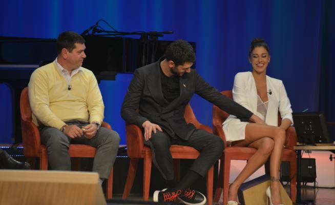 Imprevisto hot per Belen Rodriguez al Maurizio Costanzo Show