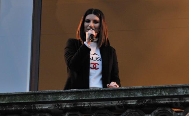 Laura Pausini: fan in delirio in Piazza Duomo a Milano