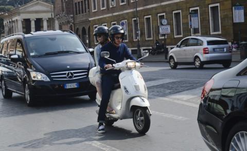 Emma Stone, Andrew Garfield - Roma - 13-04-2014 - Garfield-Stone: alla scoperta di Roma in Vespa