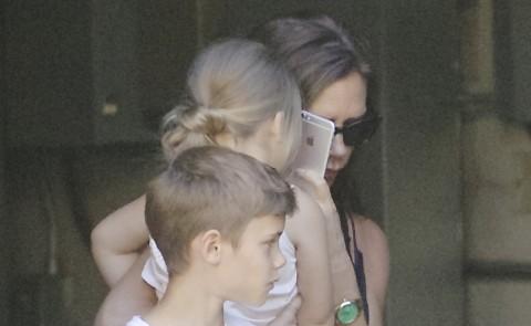 Harper Beckham, Romeo Beckham, Victoria Beckham - Los Angeles - 23-10-2014 - Le celebrity giocano a nascondino con i paparazzi