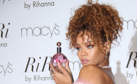 Rihanna - New York - 31-08-2015 - Rihanna sulla scia magica delle dive: il profumo fai da te!