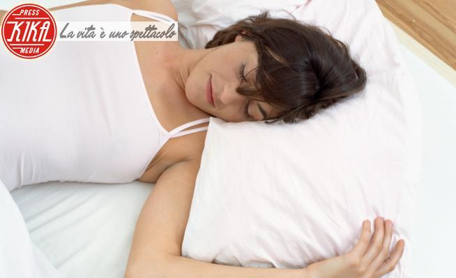 Woman asleep in bed - 15-05-2017 - Dormire bene, l'importanza del cuscino