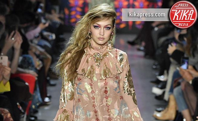 Sfilata Anna Sui, Gigi Hadid - New York - 12-02-2018 - NYFW: Gigi Hadid sfila per Anna Sui. Troppo magra? Ecco perché