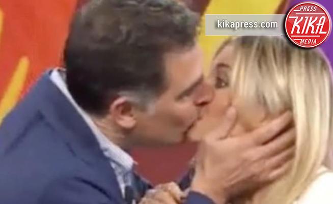 Timperi-Fialdini, bacio a sorpresa a La Vita in Diretta