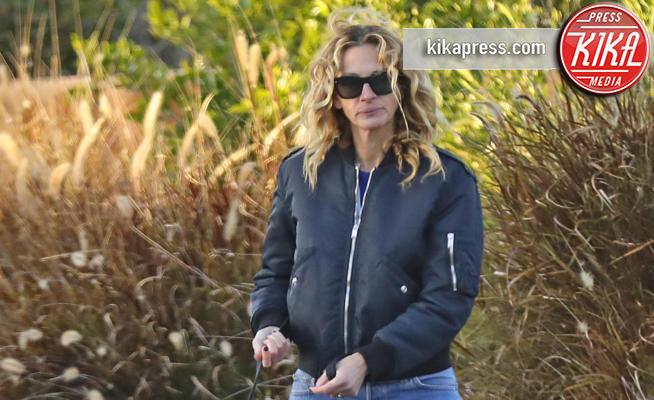 Julia Roberts - Malibu - 16-02-2019 - CoVid 19, i vip che possono uscire a passeggio coi loro cani