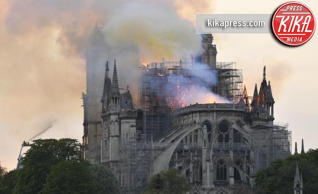 Notre Dame de Paris - Parigi - 15-04-2019 - Il Gobbo abbraccia Notre Dame, la foto simbolo del disastro