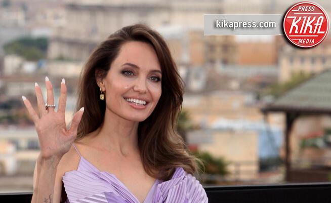 Angelina Jolie - Roma - 07-10-2019 - Angelina Jolie, un fiore lilla a Roma per Maleficent 2