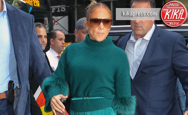 Jennifer Lopez - New York - 13-11-2019 - J Lo in total green, maestra di stile per la sua Emme