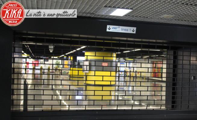 Soccorritori, Esterni Stazione Metro - Napoli - 14-01-2020 - Napoli, scontro tra tre treni della metropolitana
