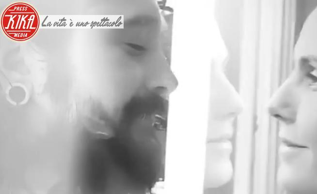 Tom Kaulitz, Heidi Klum - 16-03-2020 - Un vetro tra Heidi Klum e Tom Kaulitz:isolati contro il Covid-19