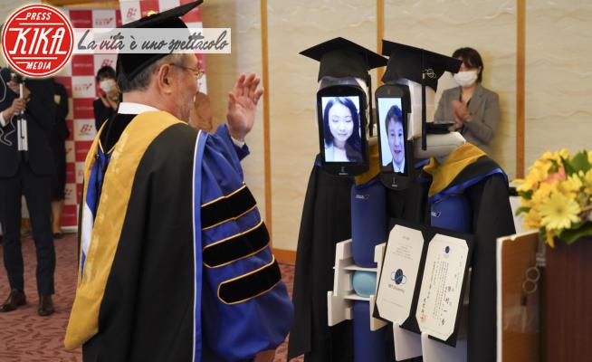 Robot - Tokyo - 07-04-2020 - Tokyo, alla laurea ci pensa il robot Newme, con toga e abbracci