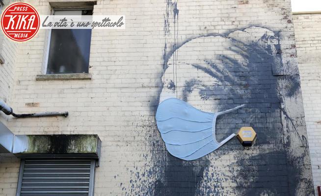 La ragazza con l'orecchino di perla, Banksy - Bristol - 22-04-2020 - Banksy, la sua ragazza con l'orecchino di perla ha la mascherina
