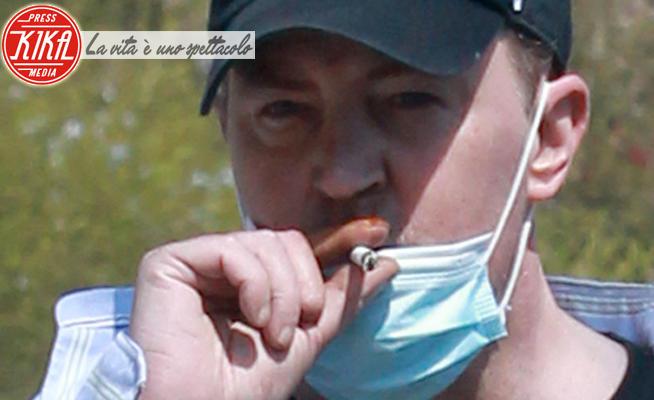 Matthew Perry - Los Angeles - 10-05-2020 - Matthew Perry KO, ma sopra la mascherina c'è la sigaretta