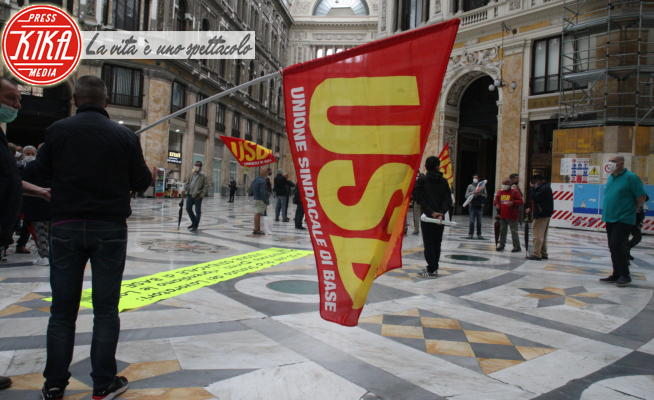 Commemorazione statuto lavoratori, Galleria Umberto I, Manifestanti - Napoli - 20-05-2020 - Napoli, la commemorazione dello Statuto dei Lavoratori