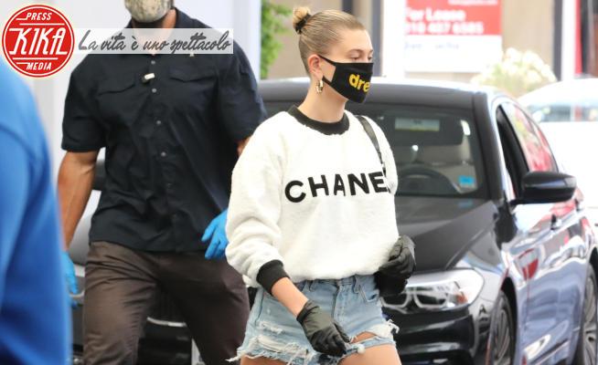Hailey Baldwin - Brentwood - 22-05-2020 - Hailey Bieber, streetstyle casual chic in shorts e Chanel