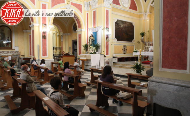 Interni Chiesa - Arzano - 24-05-2020 - Arzano, addio quarantena: si può tornare a messa