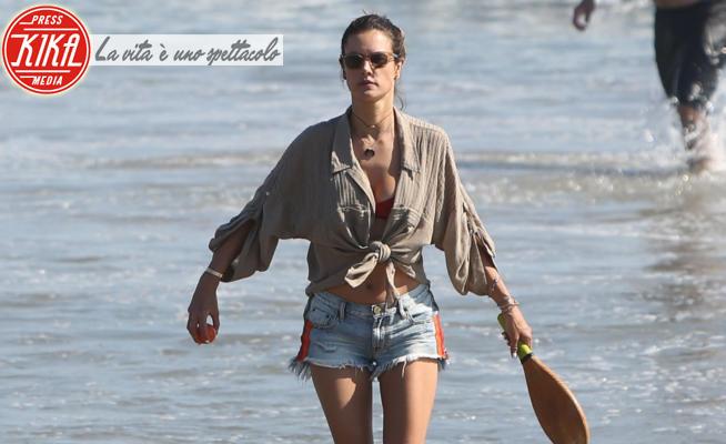 Alessandra Ambrosio - Malibu - 10-06-2020 - Alessandra Ambrosio in shorts rende sexy anche i racchettoni!