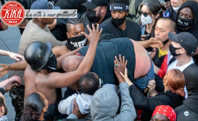 Patrick Hutchinson - Londra - 13-06-2020 - #BlackLivesMatter: a Londra i dimostranti salvano il destrorso