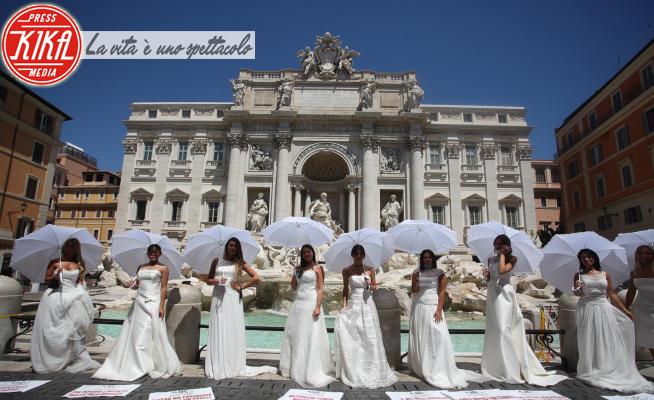 Flashmob delle nubili, Spose Fontana di Trevi - Roma - 07-07-2020 - Le spose invadono la Fontana di Trevi: flashmob total white!