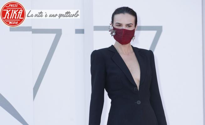 Kasia Smutniak - Venice - 11-09-2020 - Venezia 77 I predatori: Kasia Smutniak, sotto la giacca niente